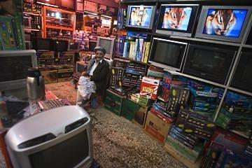На архивном фото: Торговец в магазине телевизоров и спутниковых ресиверов в афганском Герате (2009 год).