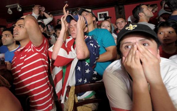 Болельщики смотрят ТВ. Спортивным болельщикам также может не понравиться наполнение нового Олимпийского телеканала.
