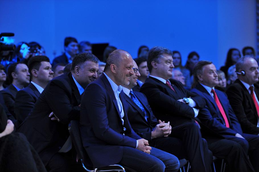Президент Украины Петр Порошенко, премьер-министр Арсений Яценюк, глава канала Перший Зураб Аласания, министр внутренних дел Арсен Аваков в ходе презентации общественного вещателя, 7 апреля 2015 г. в Киеве.