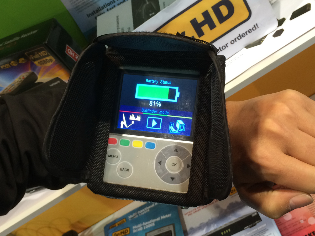 Ремень для крепления на руке прибора Dr.HD 1000S на выставке CES 2014